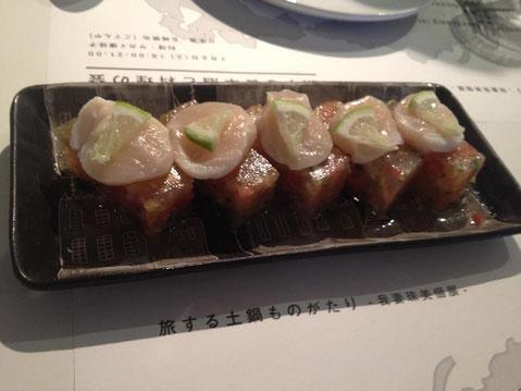 お酒は長珍(ちょうちん)愛知県 純米吟醸生うすにごり 25BY とあわせて。黒いお皿だとまた雰囲気が違います。テーブルごとに別の器で