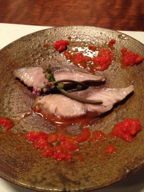 鯖の薫製 シャンパンビネガー〆 悦凱陣 純米吟醸生21BY 39度。つるむらさきの蕾が添えられています。ぬめりがいい感じ。
