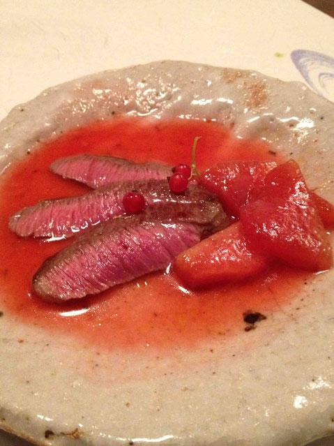 熊本県産赤牛 のたたきとスイカのステーキ 赤すぐりのソース。はなぶさ 山廃純米生 24BY 44度。牛の柔らかさおいしさはもちろんだけれど、スイカのステーキに意表をつかれました。キャラメリゼしてあるのか、その食感と香りがまた甘く、歯ごたえも残っていて強く印象に残る。間の手に赤すぐりを口に含むとそのプツンとはじける感じと酸味がまたいいのです!