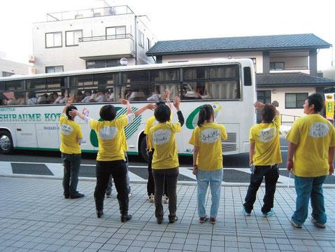 館がセッティングした送迎バスで来館した市内の中学生を見送る