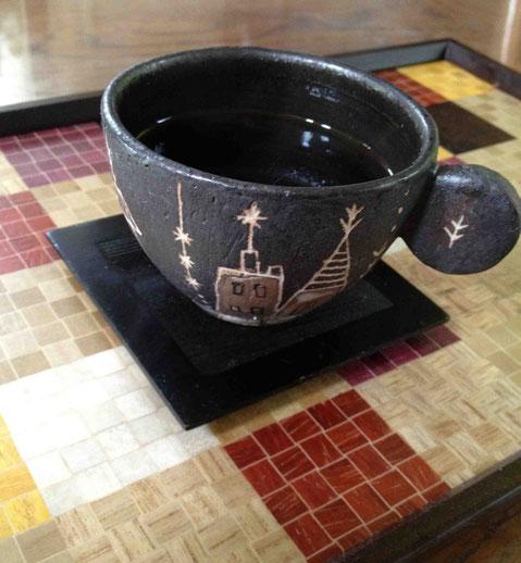 翌朝の珈琲は、珠美さんのカップで。お盆は30代の寄木細工作家・太田憲さんのもの