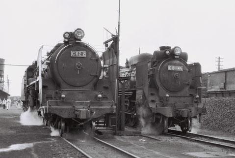 1972年6月、函館本線長万部駅構内を並走するC62とD51