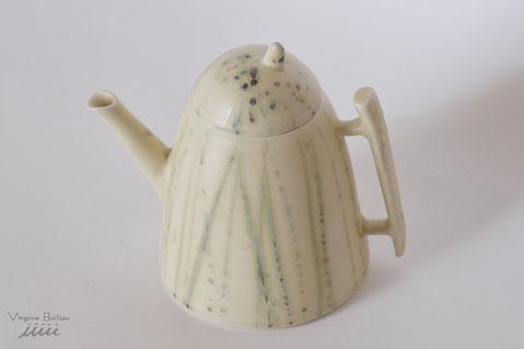 Théière en porcelaine réalisée par V Boitiau iiiii Teapot made of porcelain by V boitiau iiiii