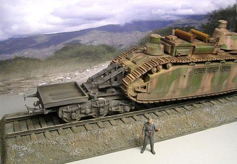 Beiseitige Eisenbahntrailer halten den Panzer über den Schienen, Gewicht fast 46 Tonnen