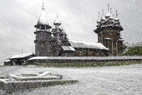 Ile de Kiji en Russie : photo prise en été, toute la neige a été rajoutée...