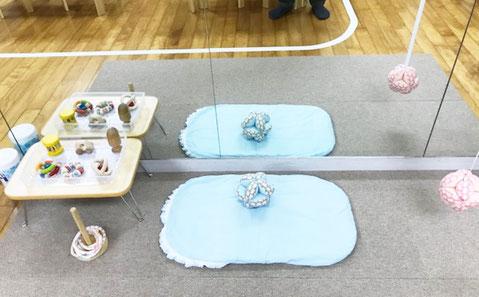 幼児教室の0歳児クラスでは、仰向けに寝ていても活動ができるコーナーを設けています。