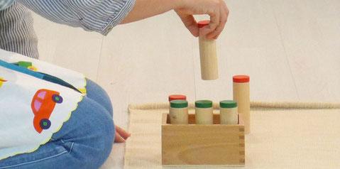 モンテッソーリの感覚教具「雑音筒」は音の強さを確認することで、聴覚の発達を促します