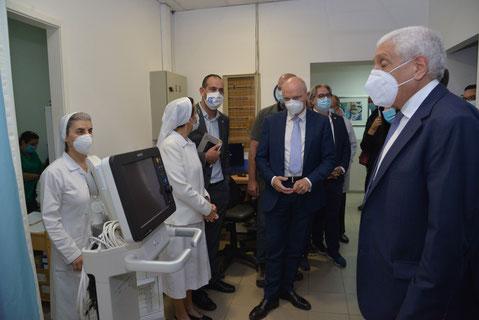 كيندل خلال جولة في أقسام المستشفى