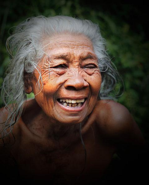 Femme Balinaise sortant de son bain dans la rivière