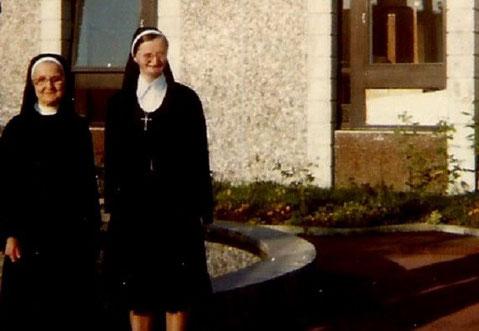 1976. UNE DE MES VISITES à FLEURY-MEROGIS.  SOEUR THERESITA  et SOEUR SUPERIEURE.