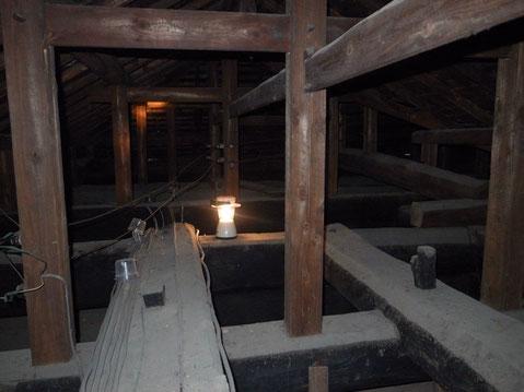 小屋裏の骨組み