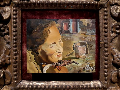 Портрет Гала с ребрышками ягненка ,балансирующими на ее плече