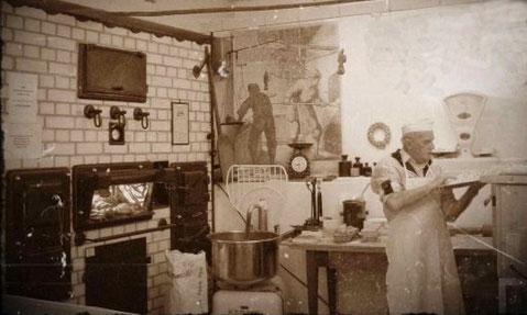 Eine frühere Backstube, der Backofen wurde mit Holz bzw. Kohle befeuert.     Quelle: www.kerstins-nostalgia.de