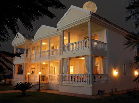 Bild: Nachtansicht der Villa mit Pool die sie mieten können auf Teneriffa