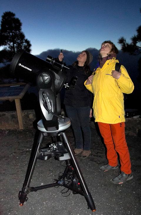 Astronomė Elena Nordio prie savo teleskopo Llano del Jable apžvalgos aikštelėje pasakoja apie žvaigždes / Foto: Kristina Stalnionytė