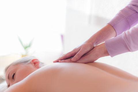 Sabrina Wulf, Inhaberin der Physiotherapie Sabrina Wulf, führt eine Massage bei einer Patientin durch