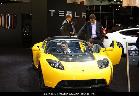 Tesla Roadster der Elektrosportwagen ist immer umlagert
