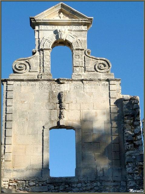 Le clocheton de la chapelle des Pénitents au village d'Eygalières dans les Alpilles (Bouches du Rhône) et son inscription