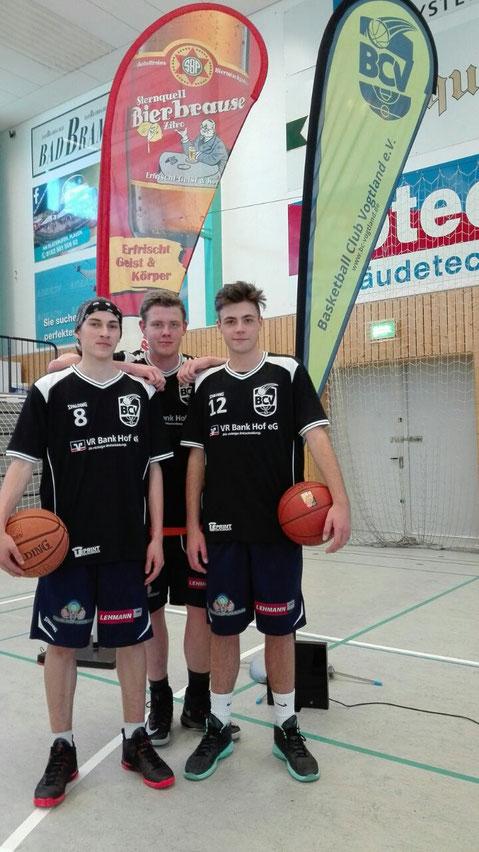 Die Plauener Yannick-Noah Heinze, Julian Gneupel, Nils Vogel erfreuen sich über die weitere Zusammenarbeit der Sternquell Brauerei und dem BcV