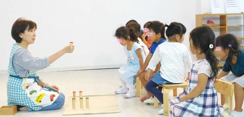 幼稚園クラス(3歳~5歳)の生徒にモンテッソーリの感覚教具「雑音筒」のおしごとの仕方について提示しました