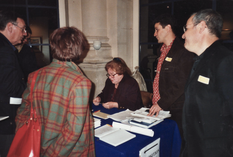 Bettina zeichnet Autogramme im Rathaus von Paris, 2001