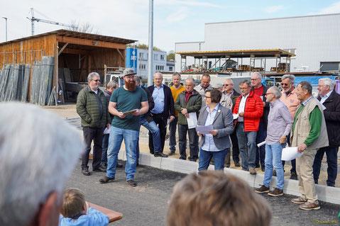 Bürgermeisterin Martina Fehrlen begrüßt Pflanzer/innen und Gäste