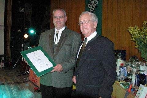 Der Obmann für jagdliches Brauchtum des LJV NRW, Herr Ernst Knoll überreicht unserem Vorsitzenden Günter Lenzen eine Verdiensturkunde für 40Jahre aktives Jagdhornblasen, Gemünd, 17.07.2004
