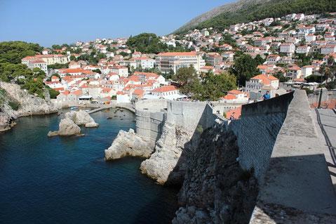 Dubrovnik von der Stadtmauer aufs Meer fotografiert