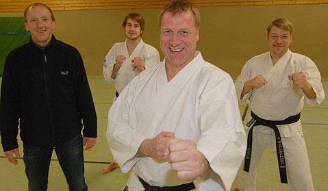 Karate ist für alle Altersklassen geeignet. Training mit Spaß wollen Trainer Reinhold Nee (vorne) und seine Mitstreiter Andre Winterboer (rechts) und Patrick Buxbaum vermitteln. Der VfL-Vorsitzende Reiner Siemermann (links) freut sich.