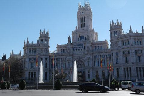 Madrids Rathaus heißt Flüchtlinge Willkommen.