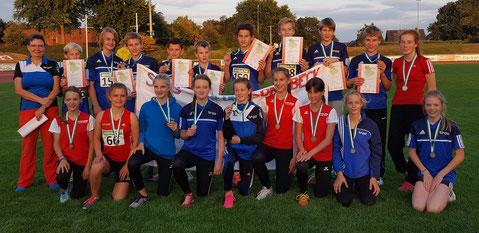 Trainerin Heidi Langguth (links) bekam zum Abschied von ihren U14-Mannschaften die Silbermedaillen.