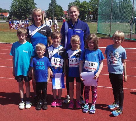 Die Schülertrainerinnen Greta Boeck (hinten links) und Marie Steldermann (hinten rechts) sind stolz auf ihre kleinen Schützlinge.