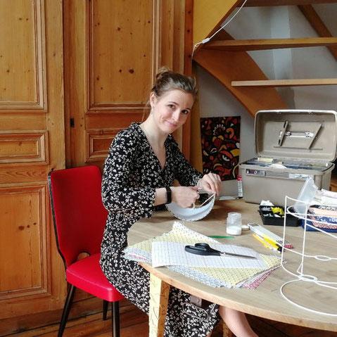 Fabrication des appliques murales dans son atelier en France (Hauts-de-France).
