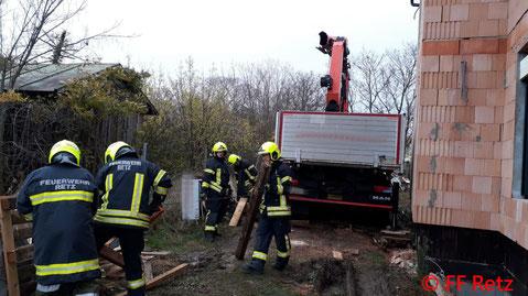 Feuerwehr; Blaulicht, FF Retz; Baustelle; LKW; eingesunken;