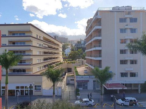 Blick auf die typisch kanarisch gebauten Wohnhäuser in Zentrum von Puerto de la Cruz.