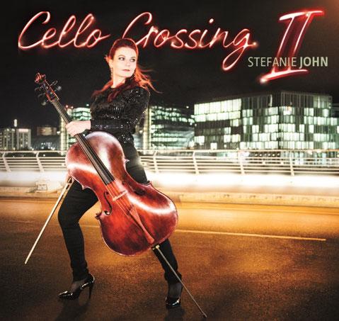 """Das Albumcover von """"Cello crossing!"""" zeigt eine rothaarige Cellistin, die über einen Zebrastreifen in Berlin läuft - Stefanie John by Bernd Brundert"""