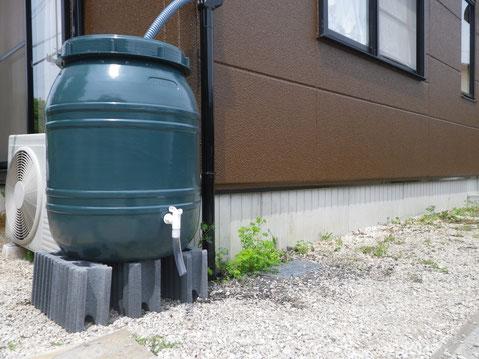 熊本市M様家外壁塗装完成後に取り付けた雨水エコタンク。おしゃれモスグリーンカラー採用。