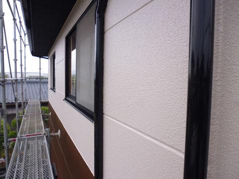 熊本市M様邸の2階外壁塗装塗装完成。2階は薄ピンククリームカラーにて外壁塗り替え完成。