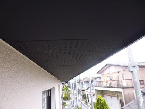熊本市M様邸の外壁塗装及び軒天井塗装完成。軒天はブラックカラーで塗装。