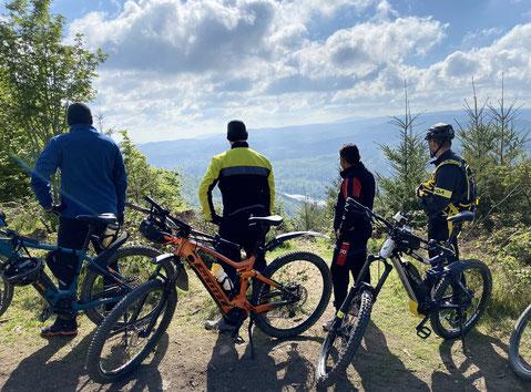 Pause auf halber Strecke mit den E-Bikes mit Blick ins Tal während der Tour Seesen - Innerste