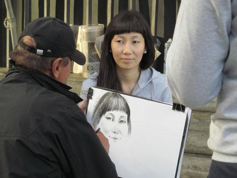 Ad Fotochallenge, Bild 3 von mir: Vor der Eremitage in St.Petersburg stellen Zeichenkünstler Schnellporträts von Touristen her. Foto WaPA/Voglauer
