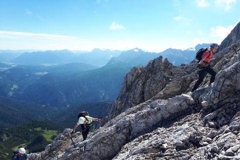 Erste Erfahrungen im Klettersteig auf die Alpspitze sammeln, mit Bergführer kannst du die Nordwandferrata auf die Alpspitze auch ohne Vorerfahrung genießen
