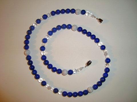 Die Lapislazuli Perlen Halskette bekam mit Chalcedon und Bergkristall ein neues Aussehen.