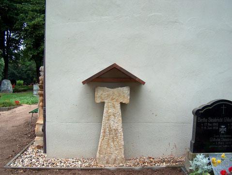 Sühnekreuz an der Rückfront der Kapelle