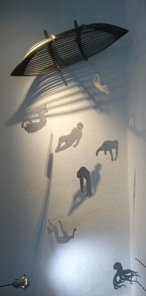 """Ansicht der Installation """"Totentanz im Mittelmmer"""" in der Galerie 1Blick in Hallein im Juli 2020, zum Jahresthema """"Boden unter den Füßen"""""""