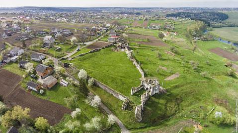 Чудове панорамне фото. Не моє, але дає повну уяву про замок.