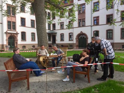 Das Sat1 Team interviewt die Bewohner der Wagenerschen Stiftung