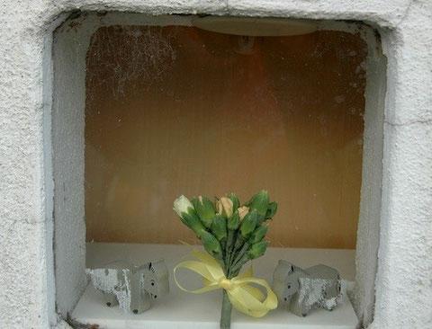 近所の幼稚園の外壁に穿たれた小窓 ショーウインドウのディスプレイ