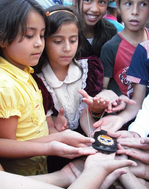 Los niños de Florida Blanca demostraban mucha curiosidad ante las credenciales del Grupo GEES Spain