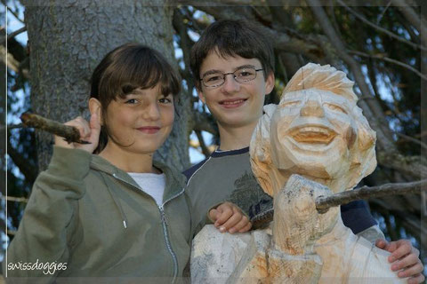 Der Weg gesäumt mit kunstvoll geschnitzten Holzfiguren.